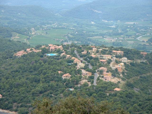 village vu de la montagne